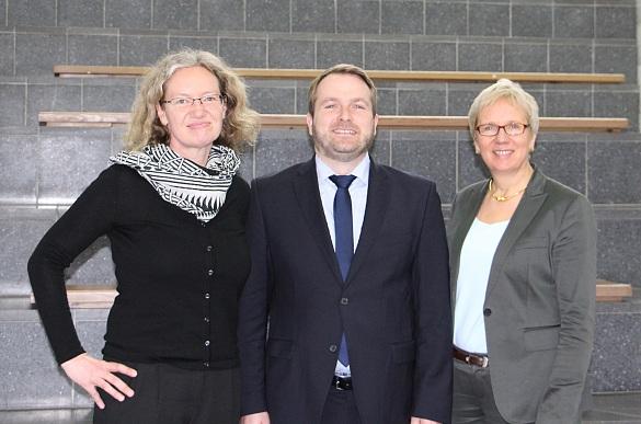 Das Bild zeigt drei Personen. Von links an sieht man Christiane Stork (Körber-Stiftung), Thomas Küll (NORDMETALL-Stiftung) und Senatorin Eva Quante-Brandt.