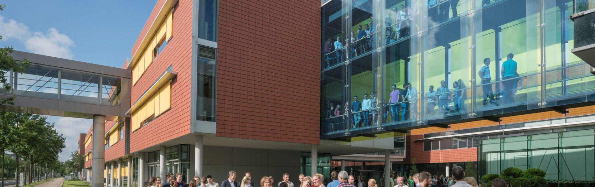 """Das Bild zeigt eine Menschenmenge, die sich vor dem """"Fraunhofer Institut für Fertigungstechnik und angewandte Materialforschung"""" befinden."""