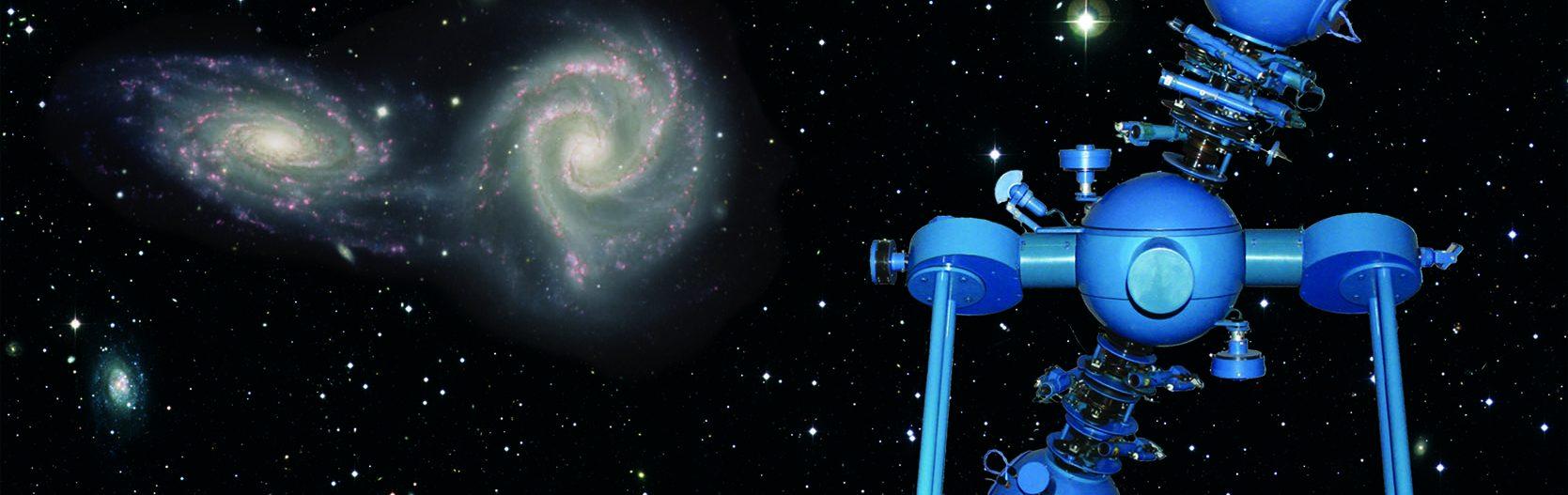 Auf diesem Bild sieht man ein blau-gefärbtes Planetarium vor einem Galaxie-Hintergrund.