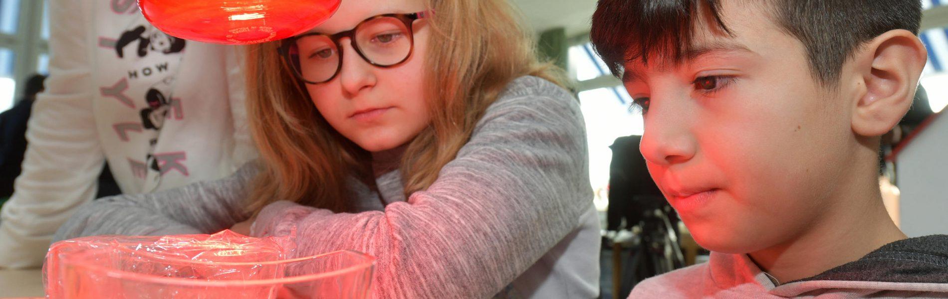 Klimaschutz zum Anfassen: Im Projekt 3/4plus beobachten Schülerinnen und Schüler aus dem 4. Jahrgang den Treibhauseffekt beim Experimentieren.